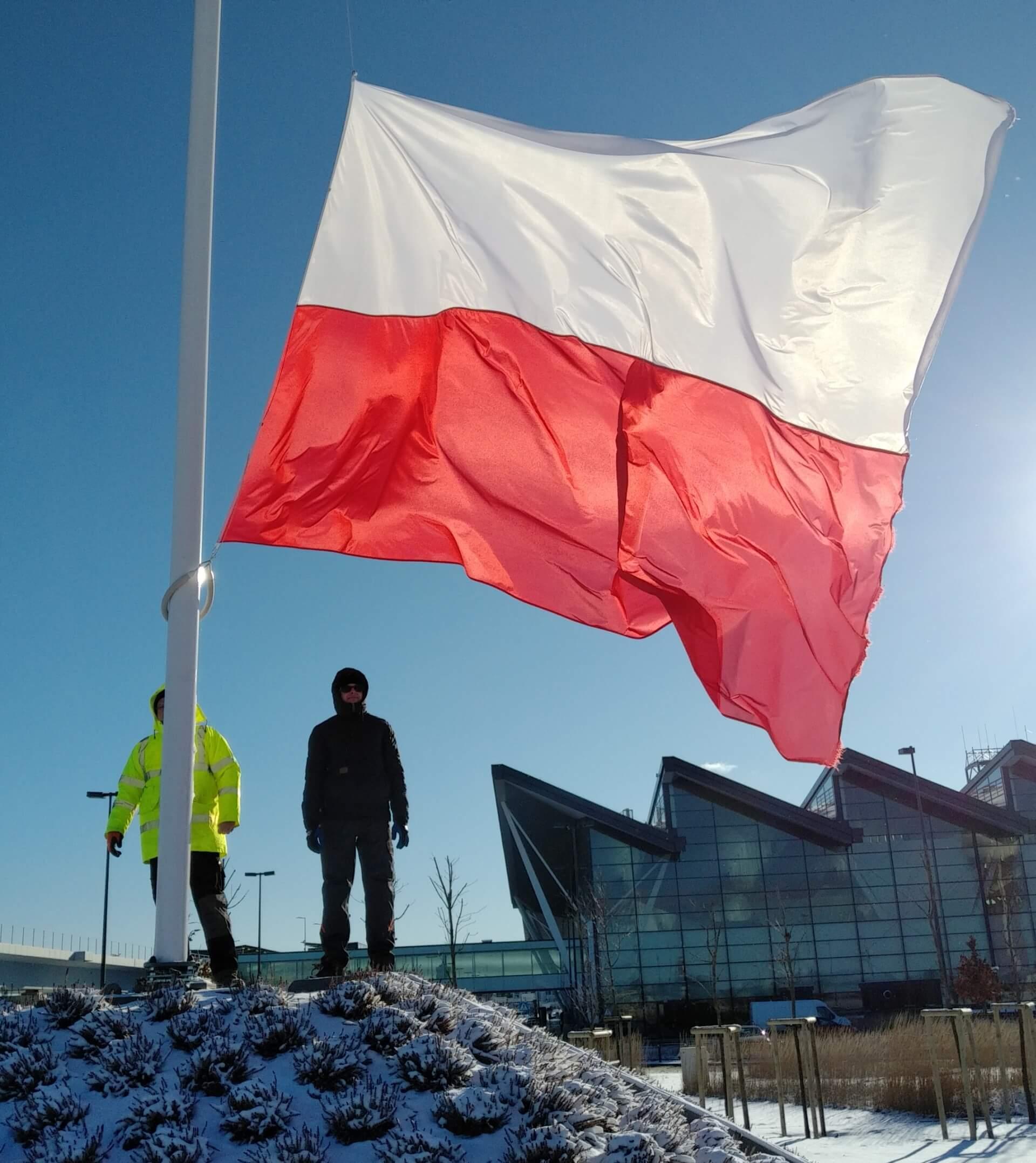 flaga Polska na maszcie